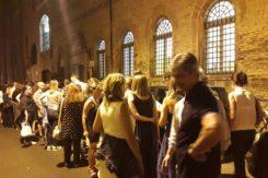 La fila fuori dalla biblioteca Classense