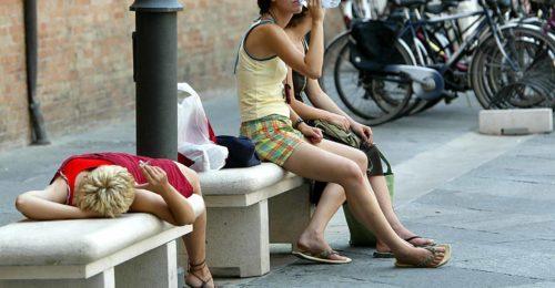 RAVENNA 07/08/03: CALDO IN CITTA'. TURISTI IN CERCA DI UN POCO DI FRESCO.