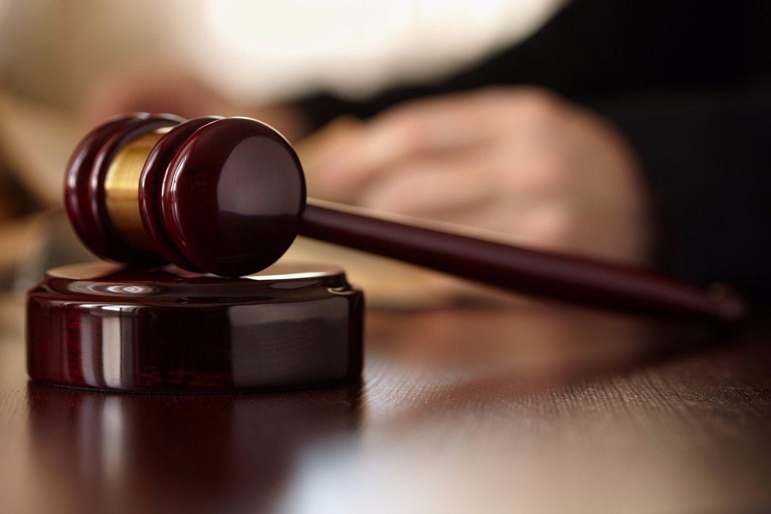 «Il Comune è un'associazione a delinquere»: pensionato finisce a processo