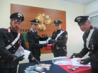 I carabinieri che hanno eseguito l'arresto con la droga sequestrata
