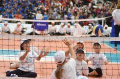 Bimbi Col Sitting A Volley Insieme