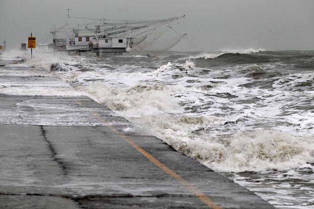 Sulla costa bagni e strade allagati Nuovo picco di alta marea a ...